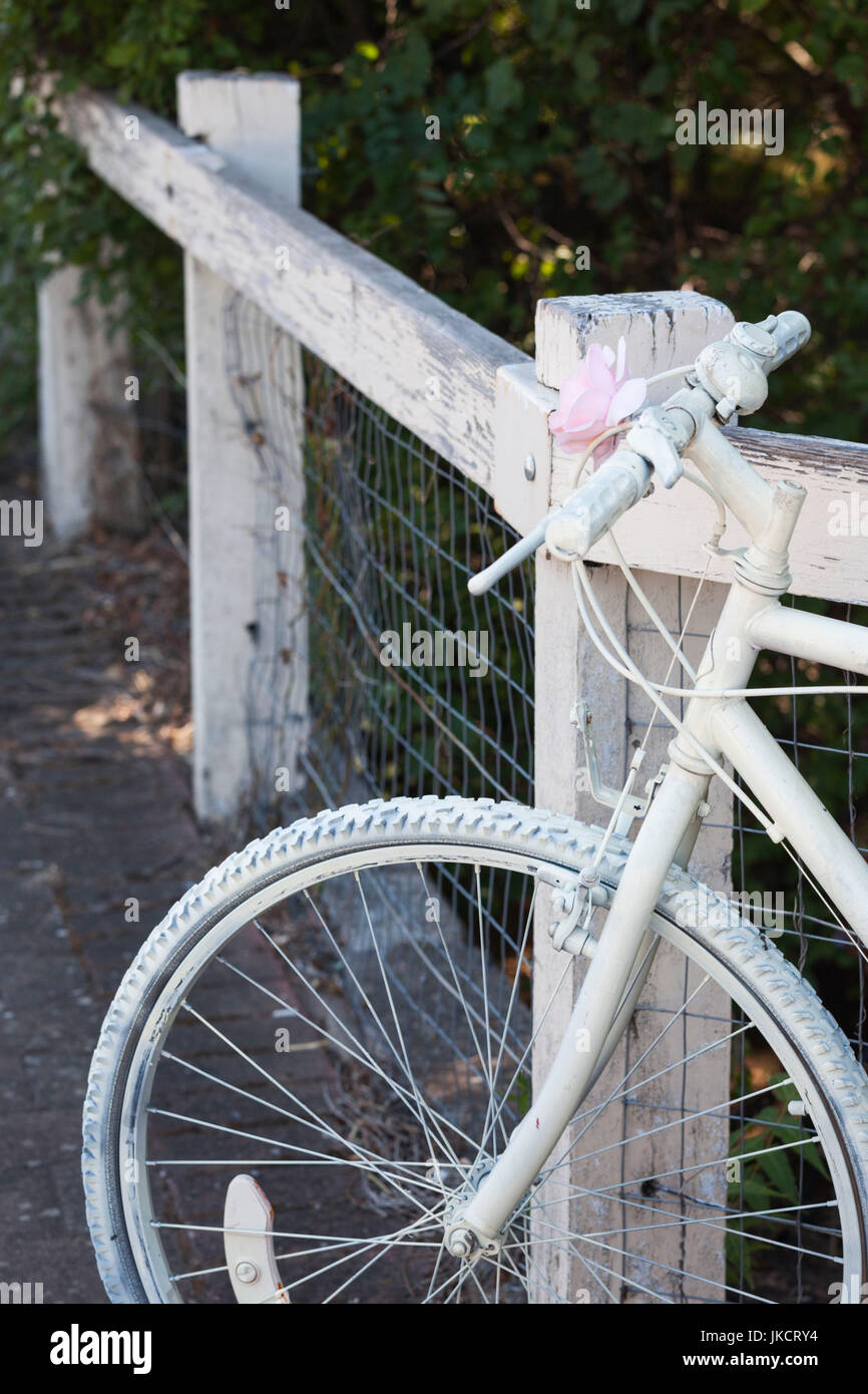 Australia, South Australia, Clare Valley, Auburn, white bicycle - Stock Image