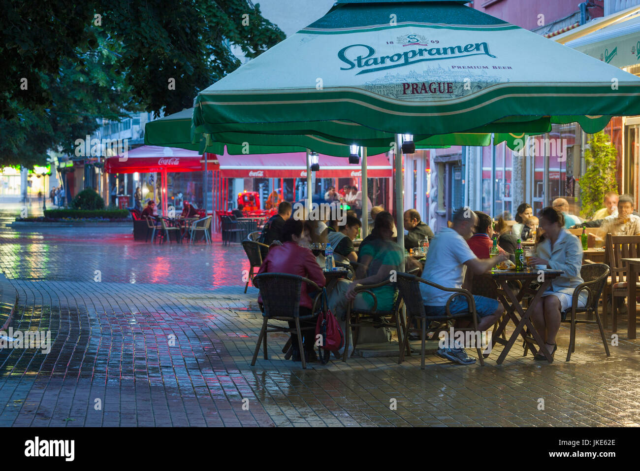 Bulgaria, Central Mountains, Kazanlak, evening cafes along Knyaz Alexander Battenberg Street - Stock Image