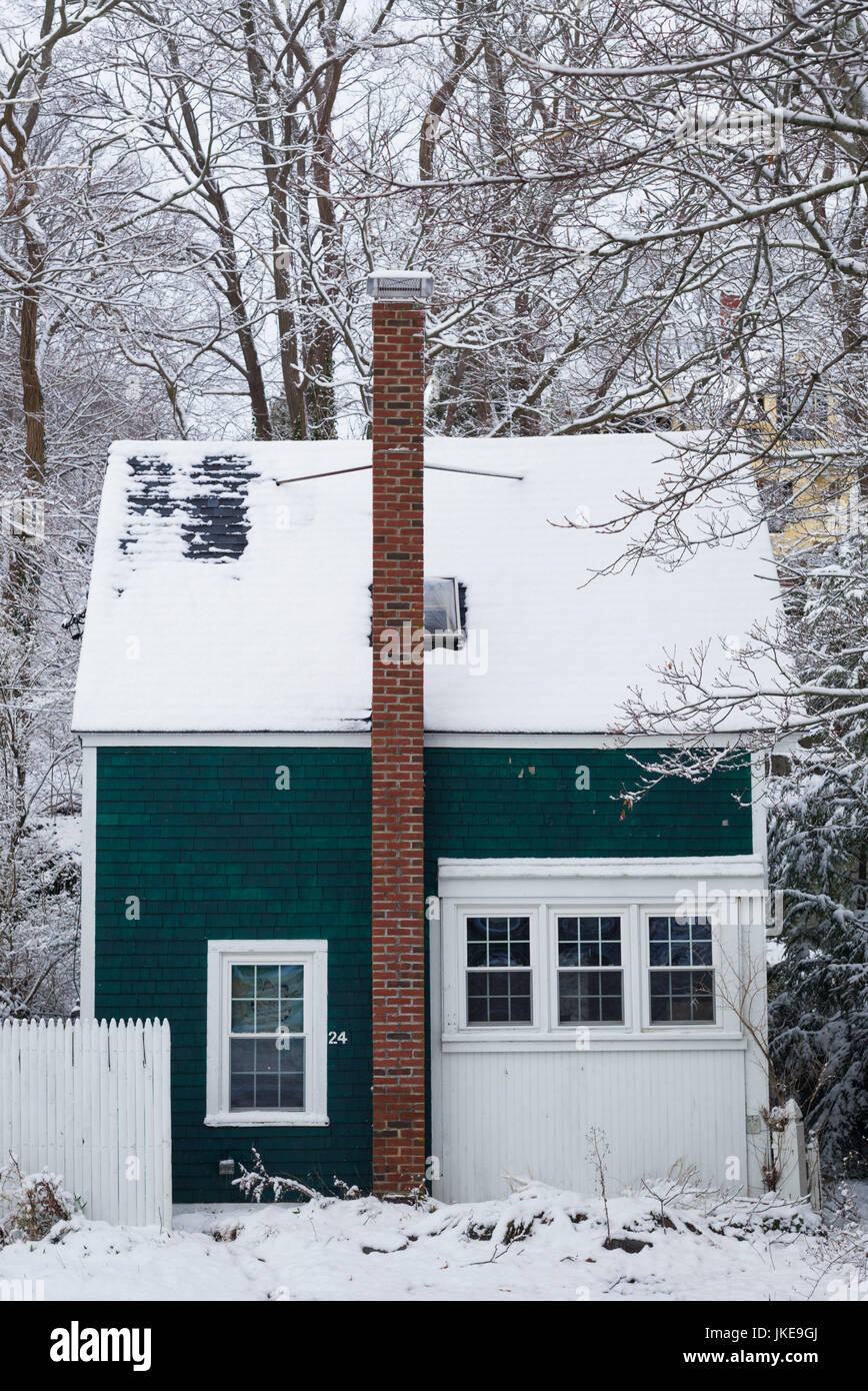 USA, Massachusetts, Cape Ann, Gloucester, early snow fall and small house - Stock Image