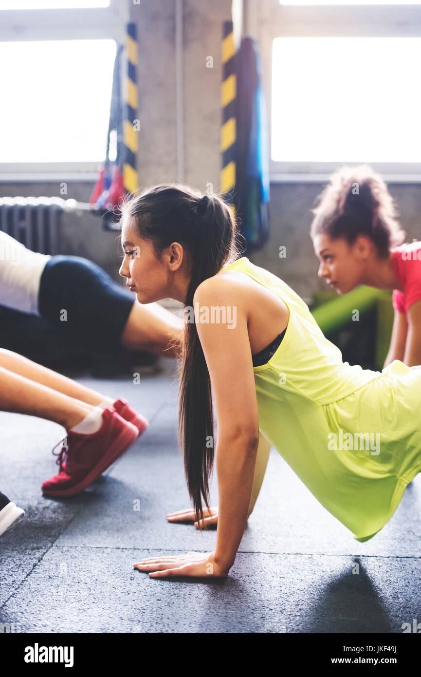 Group of young people exercising in gym - Stock Image
