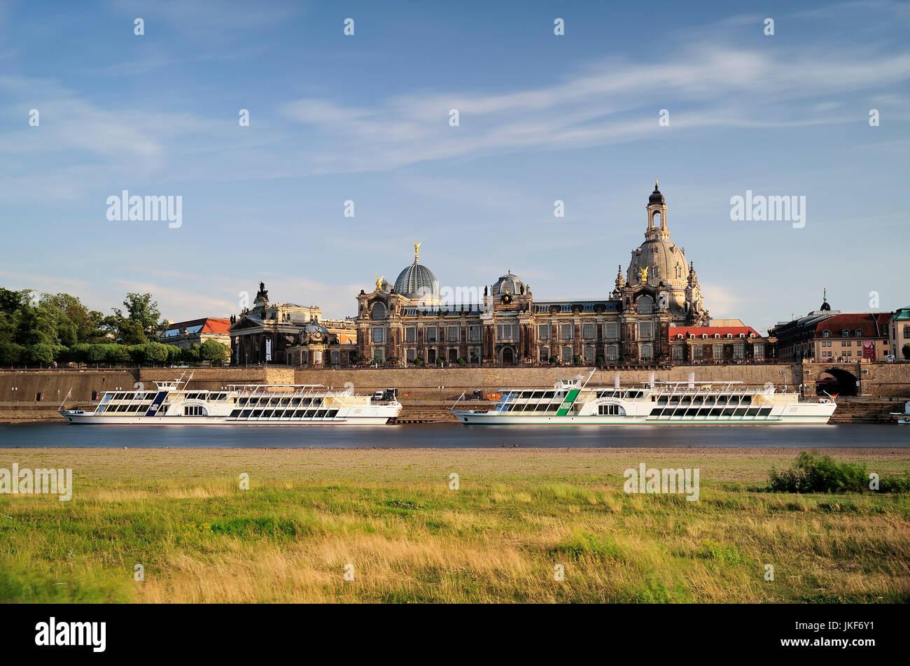Europa, Deutschland, Sachsen, Dresden, Brühlsche Terrasse am Elbufer, Kunstakademie, Frauenkirche Stock Photo