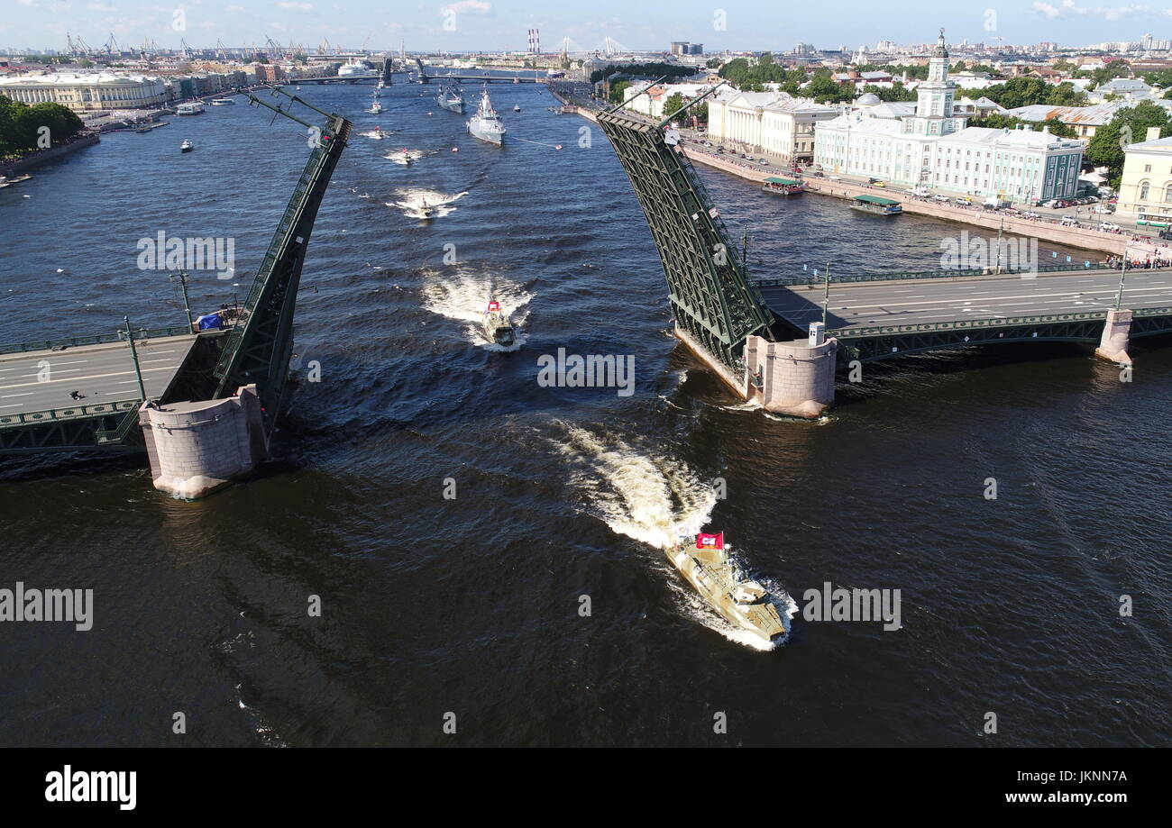 St Petersburg, Russia. 23rd July, 2017. Russian Navy ships go past Dvortsovy Bridge (Palace Bridge) on the Neva - Stock Image