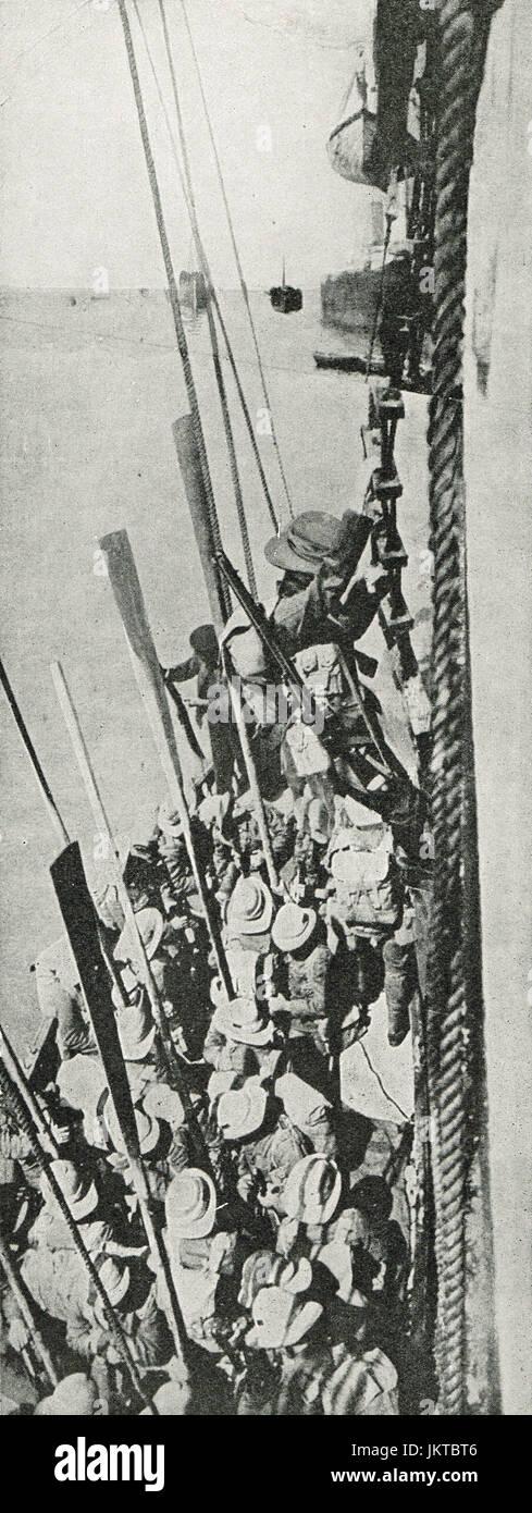 Australians climbing down troop ship, Dardanelles campaign, 1915 - Stock Image