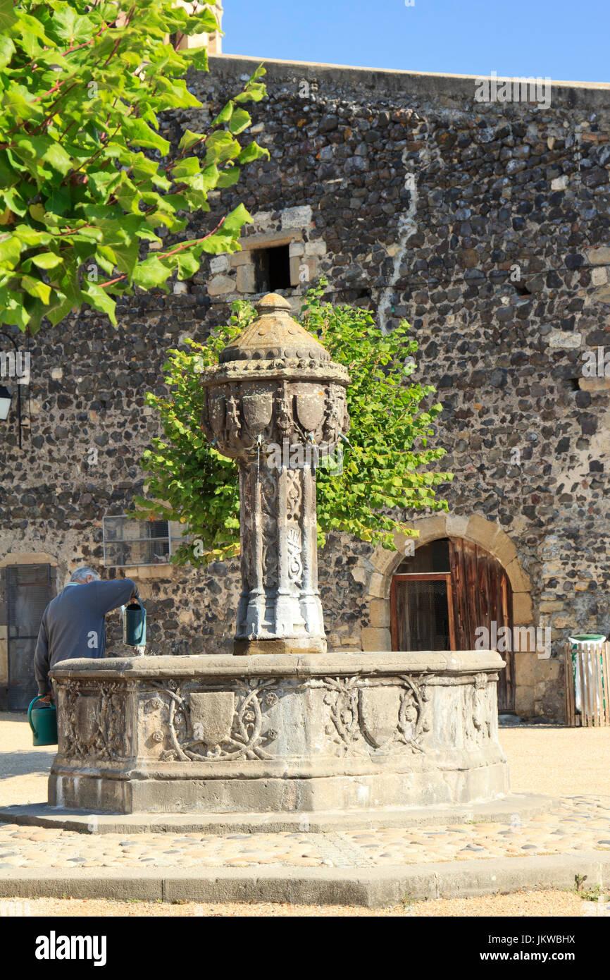 France, Puy-de-Dôme (63), Saint-Saturnin, labellisé Les Plus Beaux Villages de France, fontaine d'époque - Stock Image