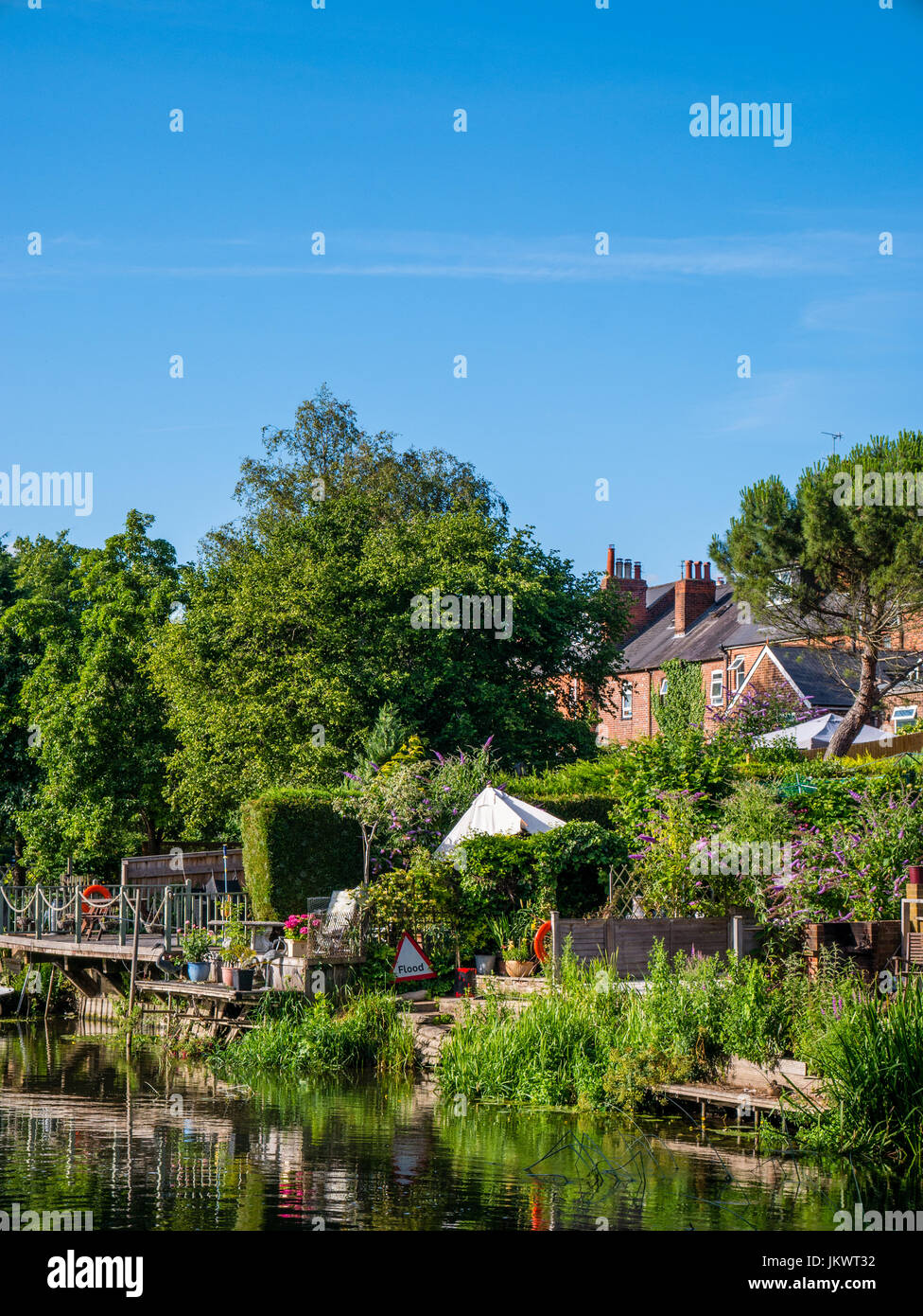 Terrace Housing and Gardens, River Kennet, Reading, Berkshire, England Stock Photo