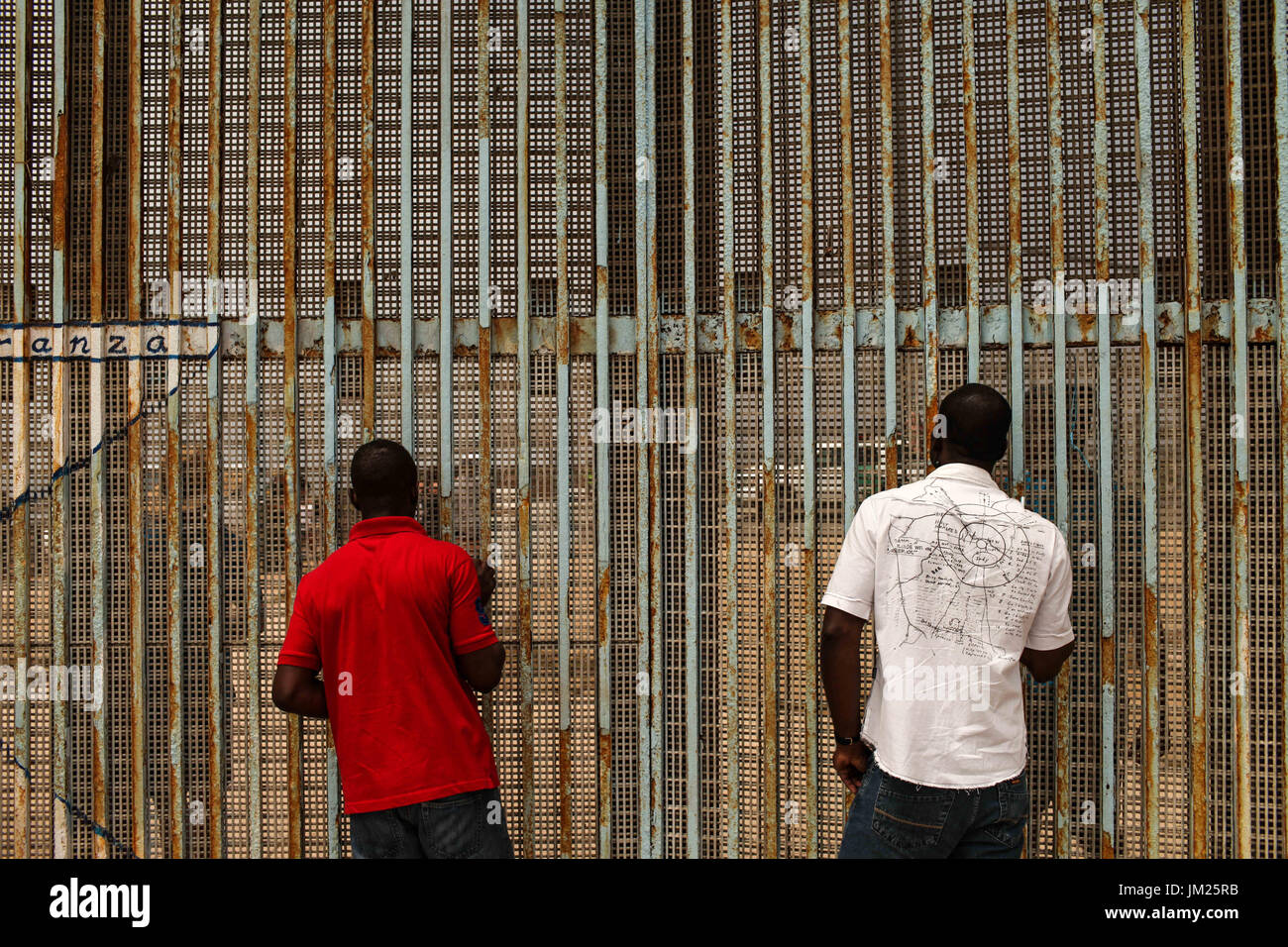 Tijuana, Baja California, Mexico. 25th June, 2017. Haitian migrants communicate with American citizens on the other Stock Photo