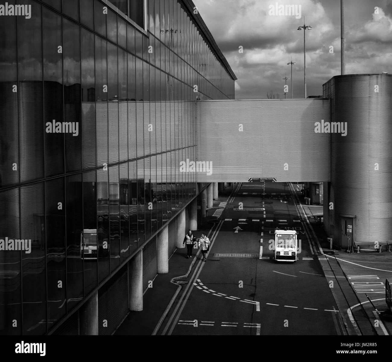 Manchester airport - terminal 3. credit: LEE RAMSDEN / ALAMY - Stock Image