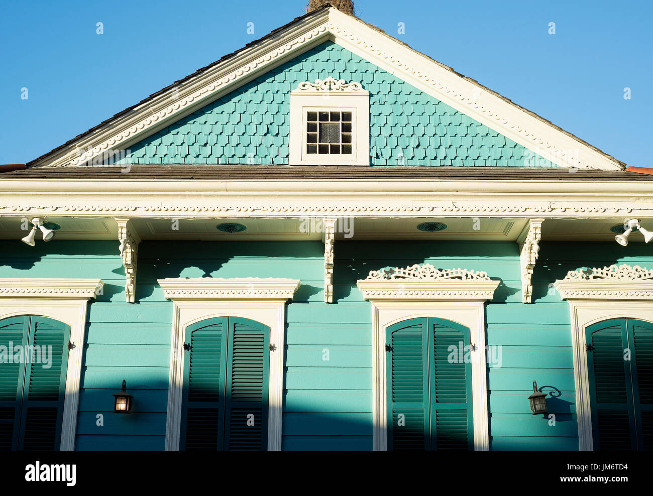 A shotgun style house in the French Quarter of New Orleans. - Stock Image