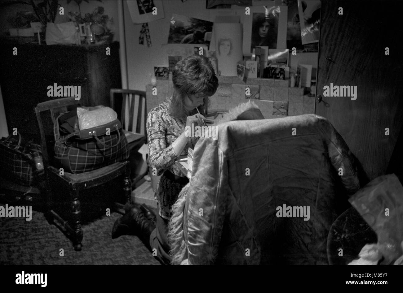 1970s student living in cheap bed sitter bedsitter London flat. HOMER SYKES - Stock Image