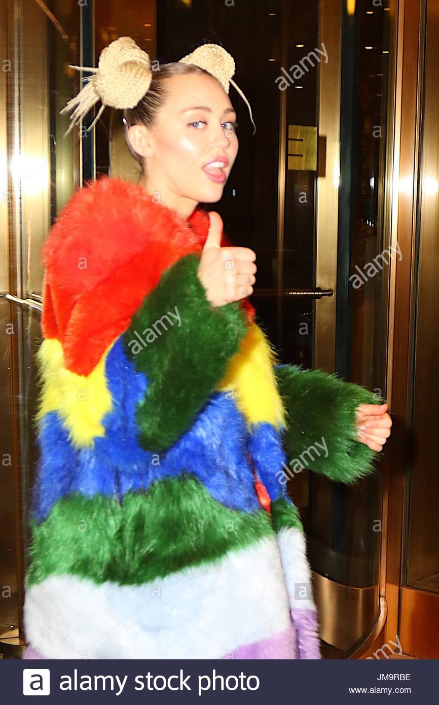 Miley cyrus thumbs up