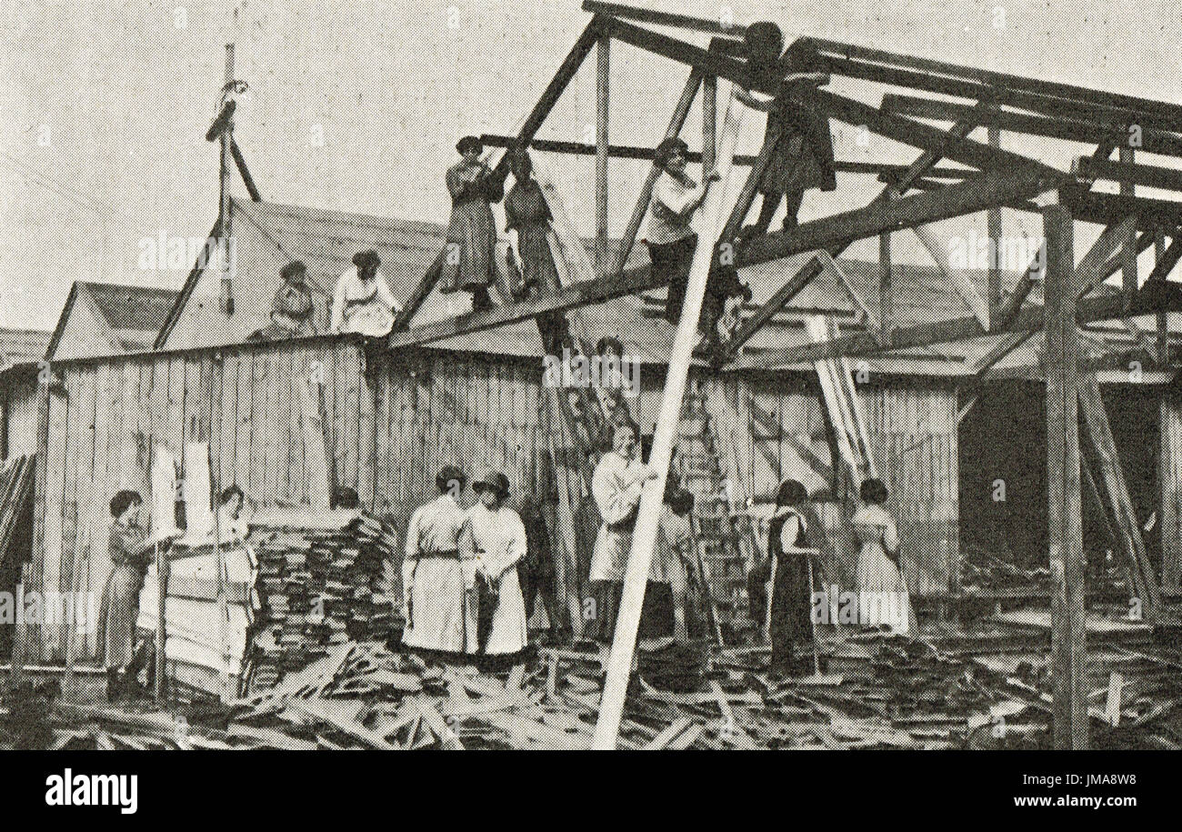 Women carpenters at work, ww1 - Stock Image