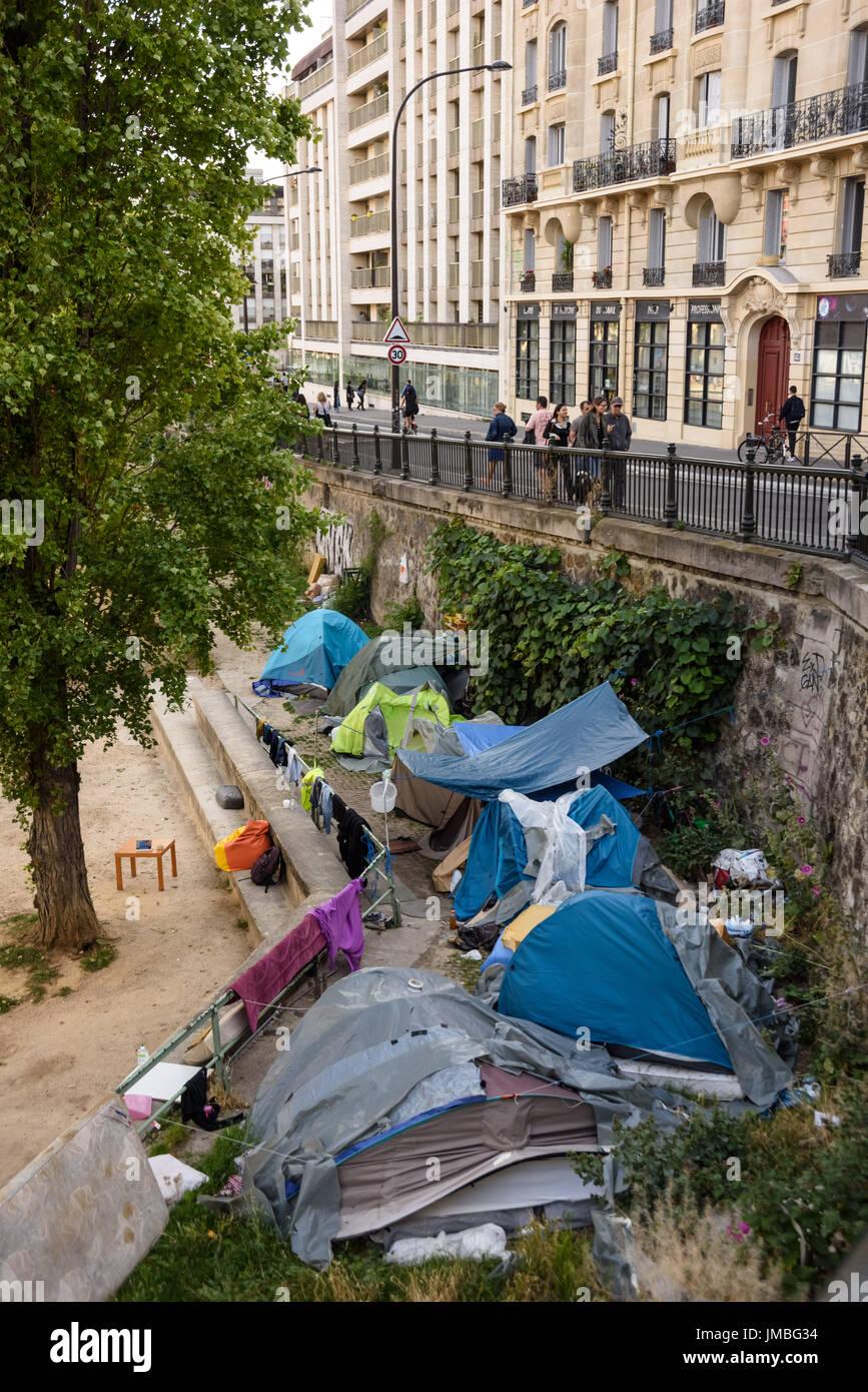 Paris, Zelte von Obdachlosen am Canal St Martin - Paris, Homeless People, Tents near Canal St Martin Stock Photo