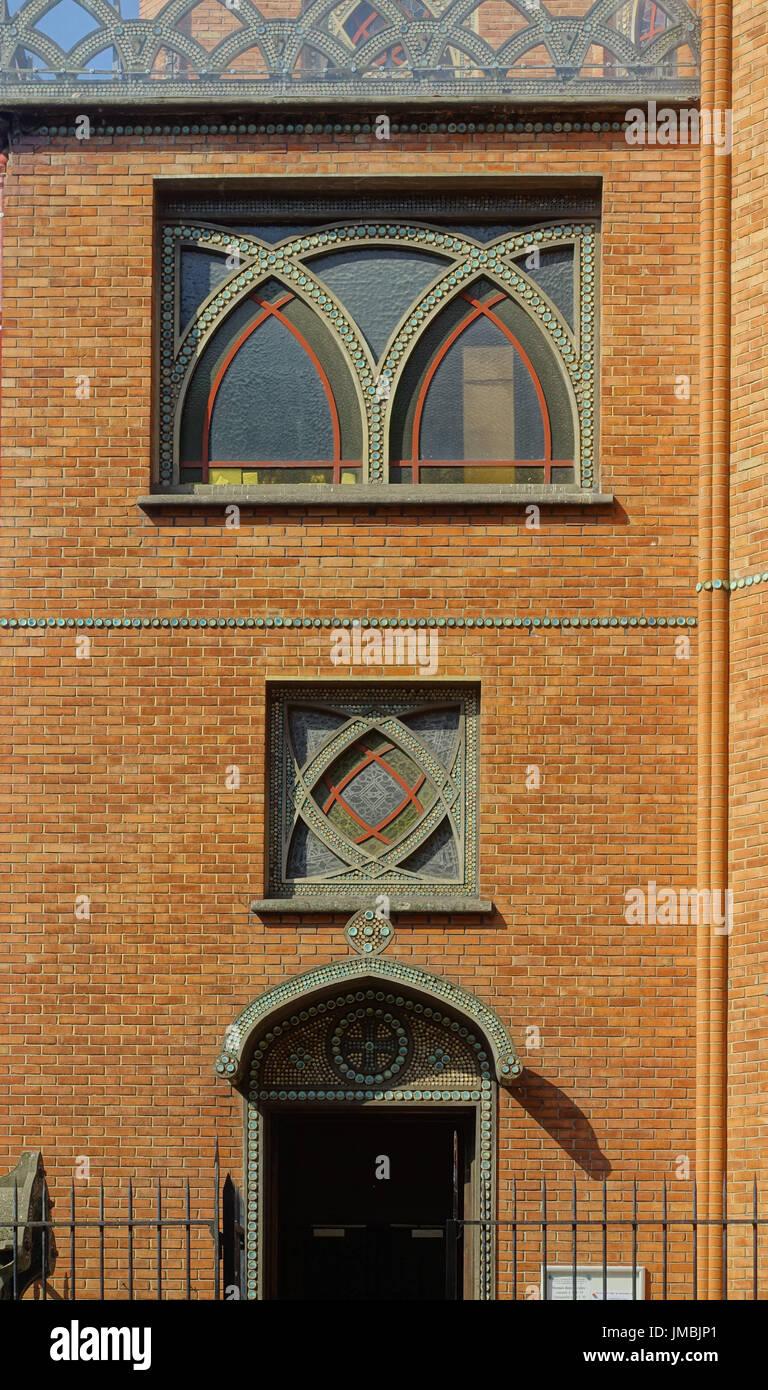 Paris, Pfarrkirche Saint-Jean de Montmartre, 19 rue des Abbesses, Architekt Anatole de Baudot Stock Photo