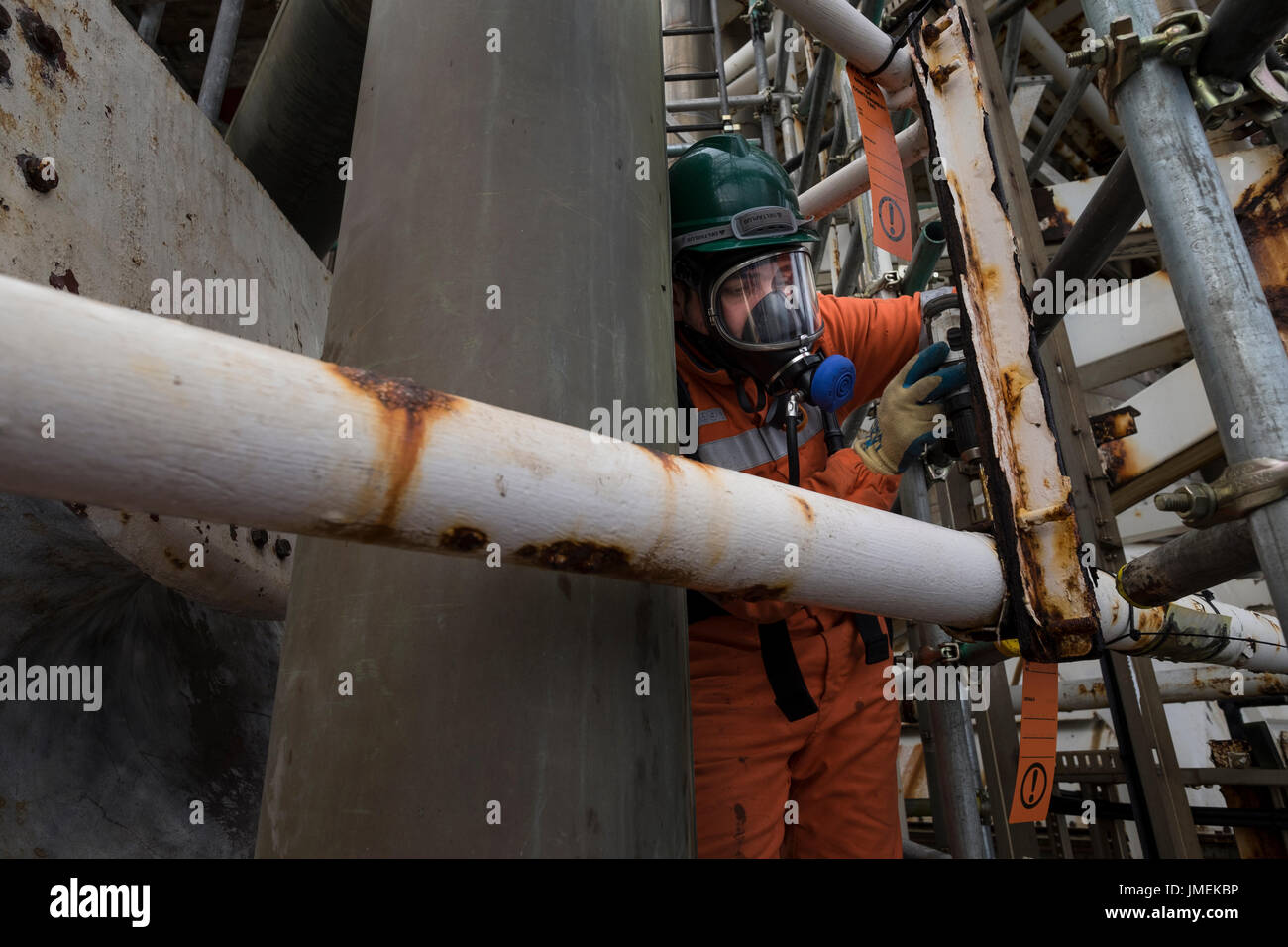 Colour unedited image of a Spanish worker on the decommissioning of the BP Miller platform in the north sea. credit: LEE RAMSDEN / ALAMY - Stock Image