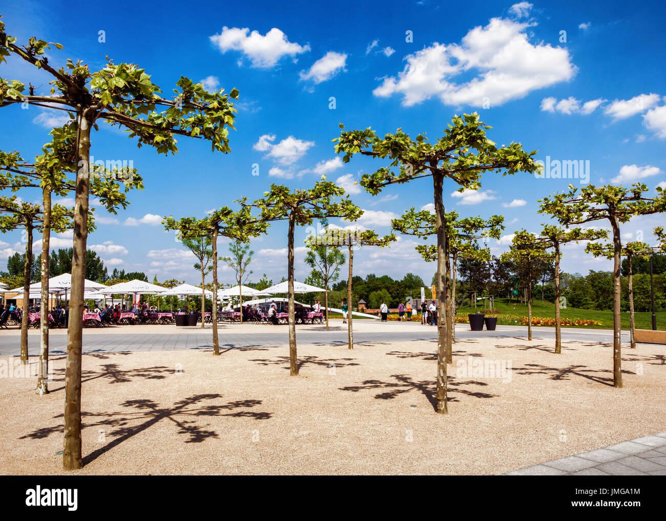 Berlin,Marzahn. Gardens of the World botanic garden,Gärten der Welt,IGA 2017 outdoor cafe and decorative trees - Stock Image