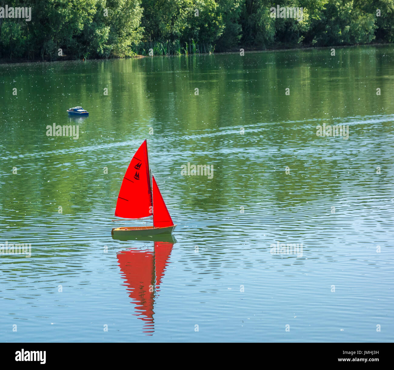 Model yacht with sed sails on lake Stock Photo: 150363461 - Alamy
