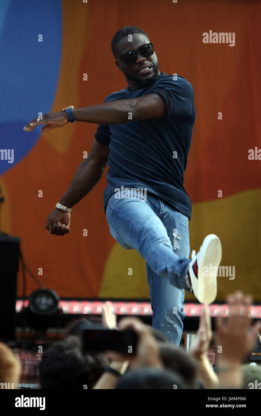 New York, New York, USA. 28th July, 2017. Actor KEVIN HART kicks a beach ball to the audience at 'Good Morning - Stock Image