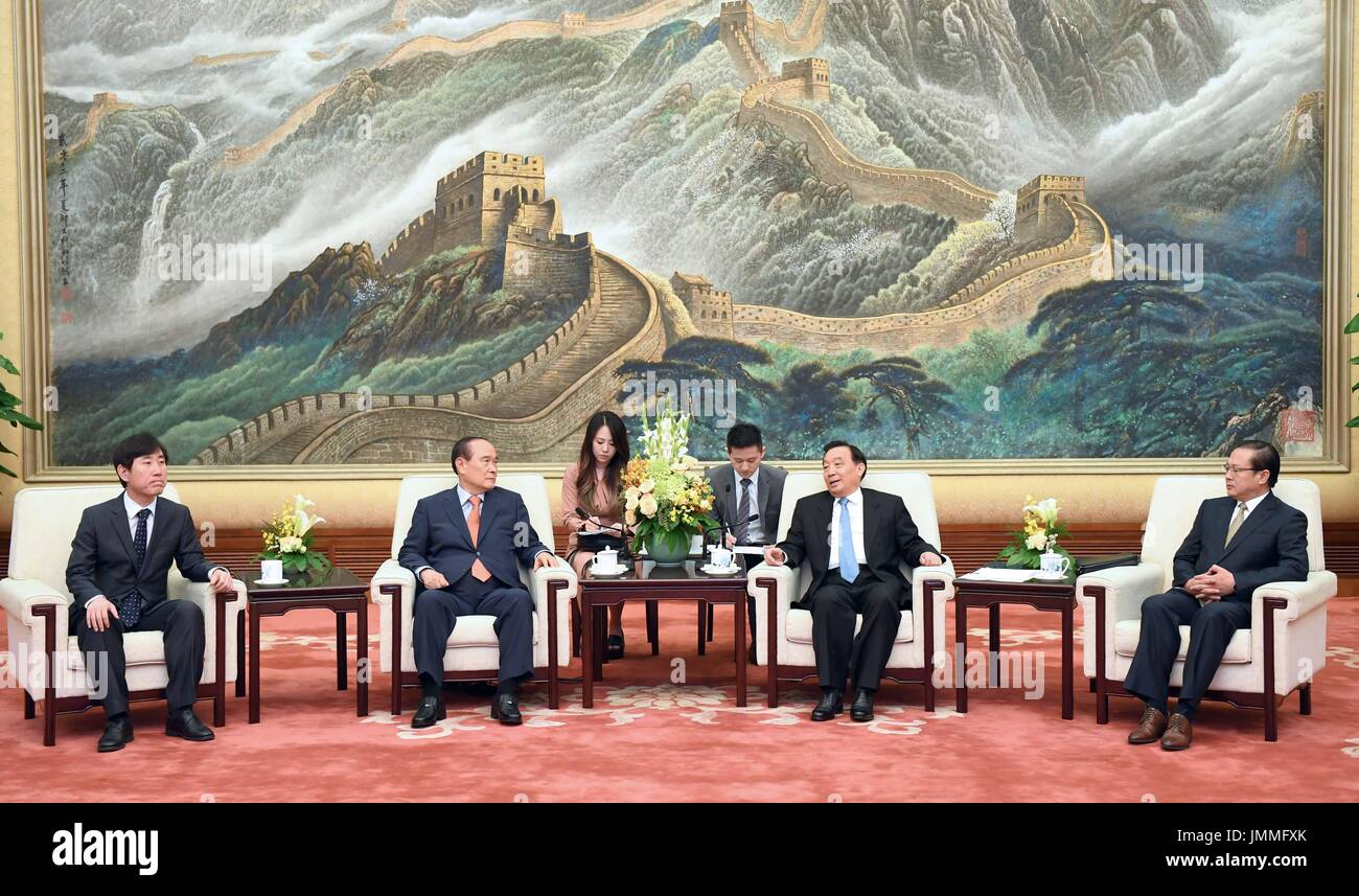 Beijing, China. 28th July, 2017. Wang Chen (2nd R), vice chairman of the National People's Congress (NPC) Standing Committee, meets with a delegation of youth assembly members from the Republic of Korea (ROK) led by chairman of the 21st Century ROK-China Exchange Association Kim Han-kyu, in Beijing, capital of China, July 28, 2017. Credit: Zhang Duo/Xinhua/Alamy Live News - Stock Image