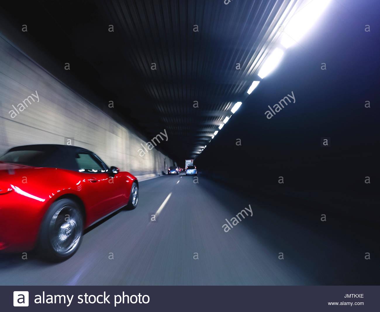 Descapotable rojo dentro de tunel - Stock Image