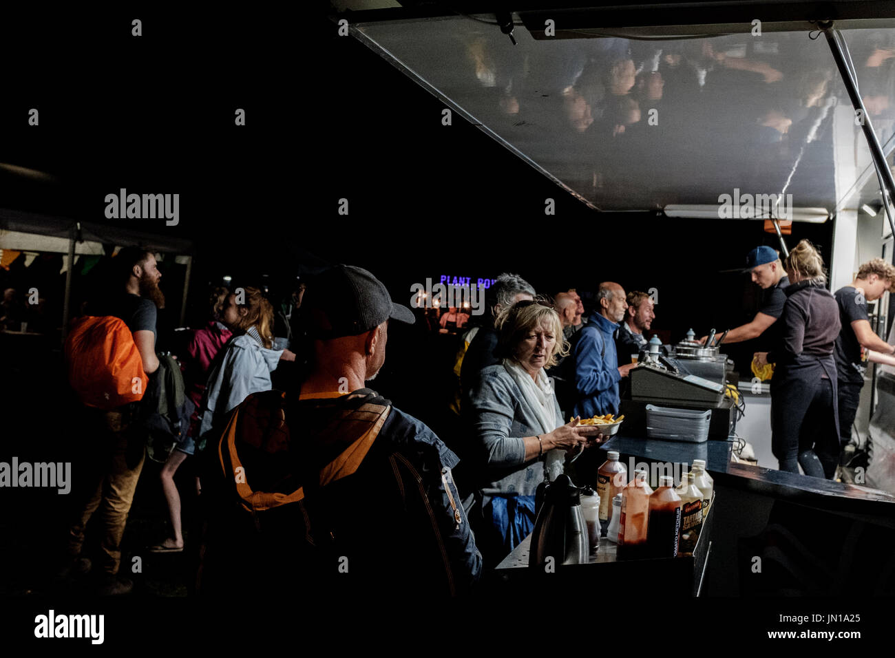 Cambridge, UK. 28th July, 2017  Festival goers grab late night snacks Richard Etteridge / Alamy Live News Stock Photo