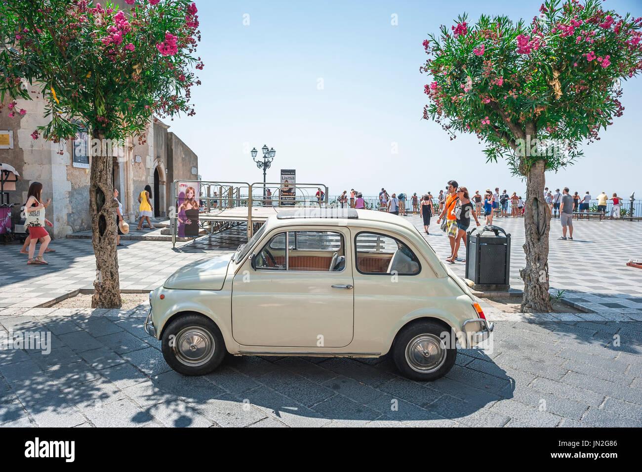 Fiat 500 old car, a classic Fiat 500 Cinquecento parked in the Piazza IX Aprile, Taormina, Sicily. - Stock Image