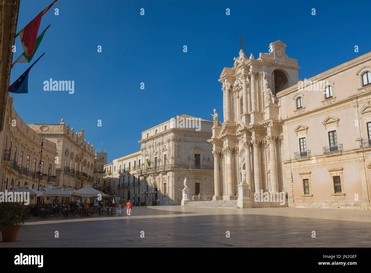 Sicily baroque architecture, the Baroque cathedral and surrounding buildings in the Piazza del Duomo on Ortygia Island, Syracuse, Sicily. - Stock Image