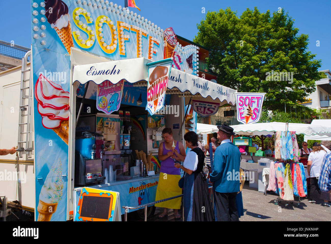 Eißtand beim Internationalen Trachtenfest in Kröv, Mosel, Mittelmosel, Rheinland-Pfalz, Deutschland, Europa | Ice cream shop, international festival w - Stock Image