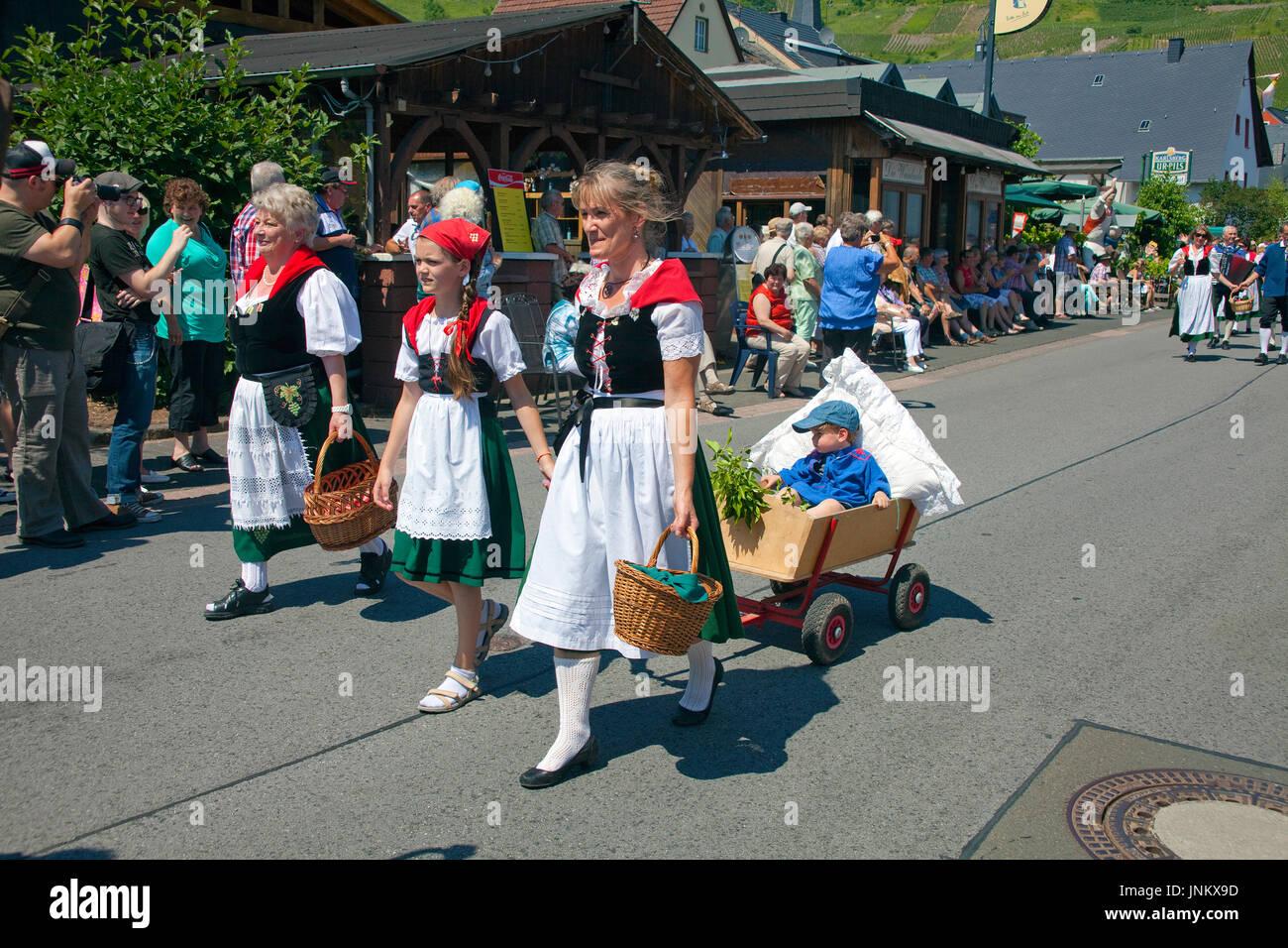 Trachtengruppe beim internationalen Trachtenfest in Kröv, Mosel, Mittelmosel, Rheinland-Pfalz, Deutschland, Europa | International festival with tradi - Stock Image