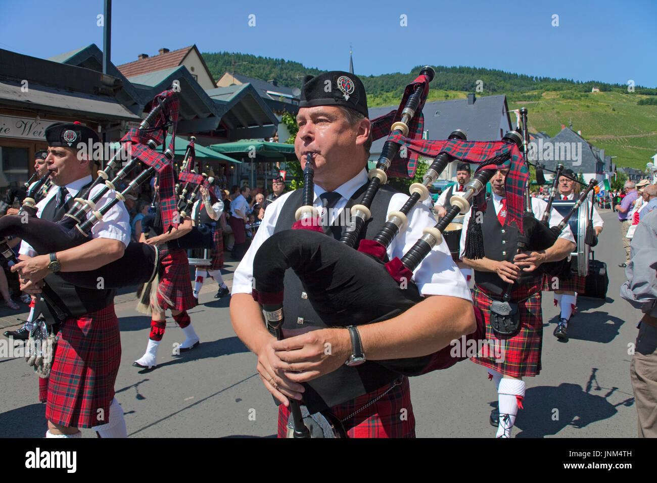 Dudeldorf Lion Pipes and Drums beim internationalen Trachtenfest in Kröv, Mosel, Mittelmosel, Rheinland-Pfalz, Deutschland, Europa - Stock Image