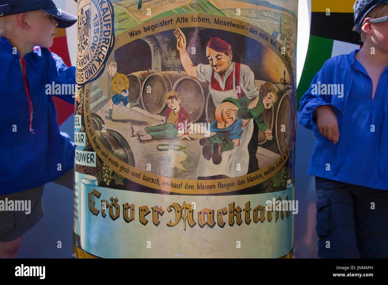 Festwagen Kröver Nacktarsch beim internationalen Trachtenfest in Kröv, Mosel, Mittelmosel, Rheinland-Pfalz, Deutschland, Stock Photo