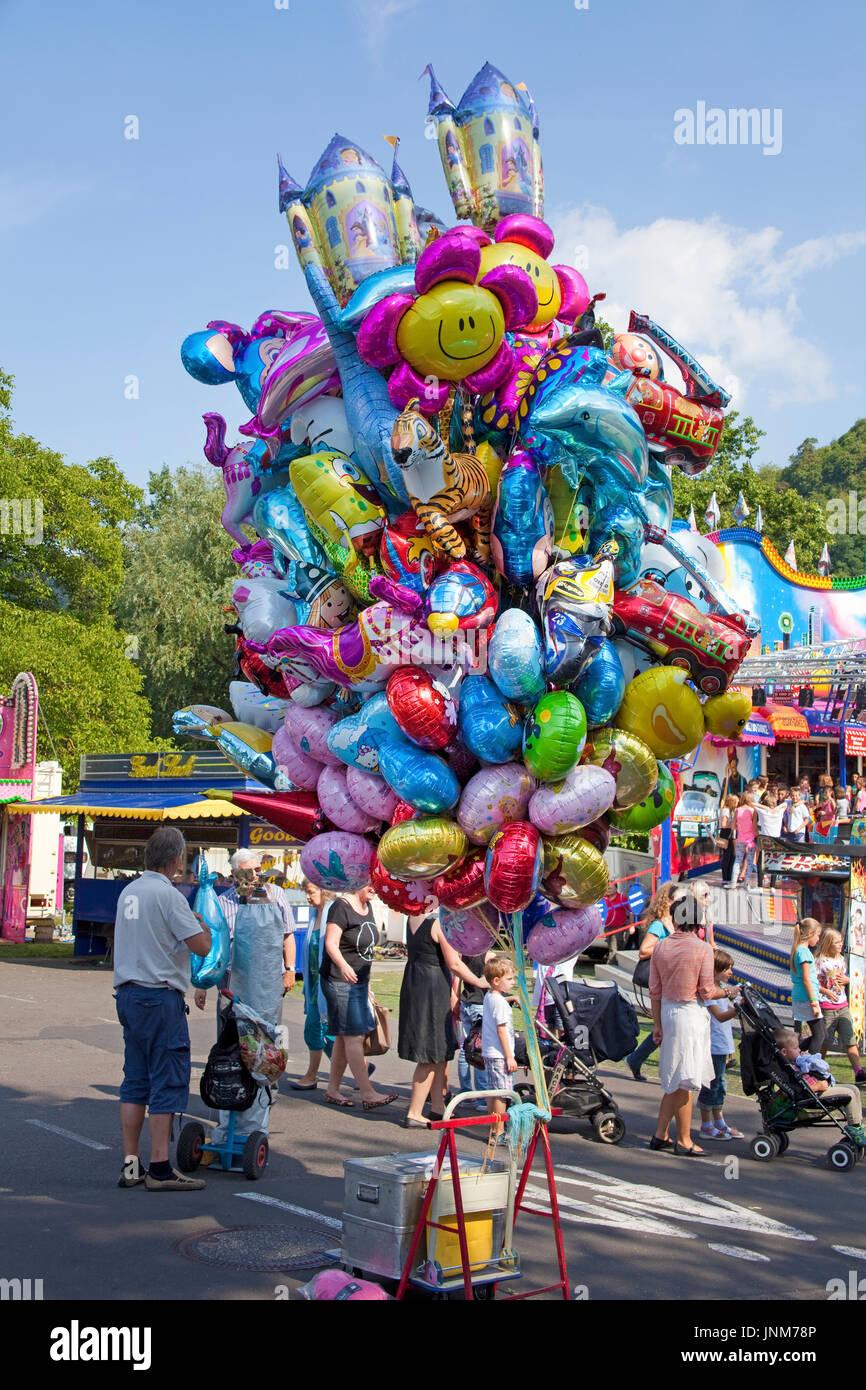 Bunte gasgefuellte Ballone auf der Kirmes am Moselufer von Bernkastel-Kues, Mittelmosel, Rheinland-Pfalz, Landkreis Bernkastel-Wittlich, Deutschland,  - Stock Image