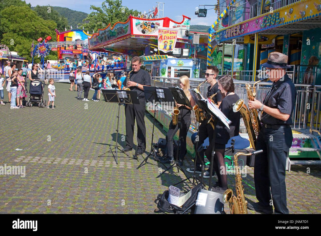 Musikband spielt zur Eröffnung der Kirmes in Bernkastel-Kues, Mittelmosel, Rheinland-Pfalz, Landkreis Bernkastel-Wittlich, Deutschland, Europa | Musi - Stock Image