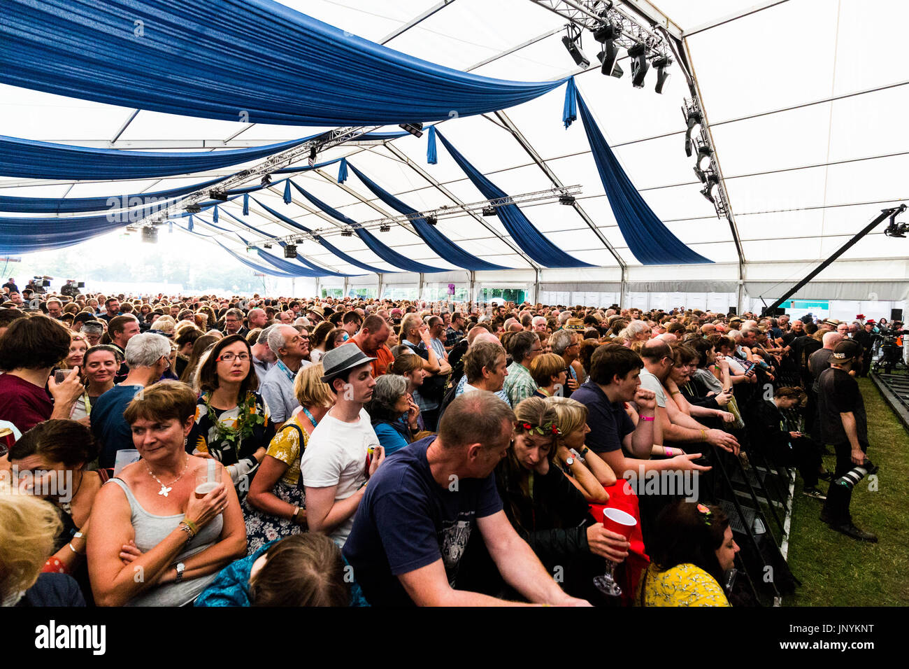 Cambridge, UK. 30th July, 2017 A full crowd at Stage 1 during the Cambridge Folk Festival 2017. Richard Etteridge / Alamy Live News - Stock Image
