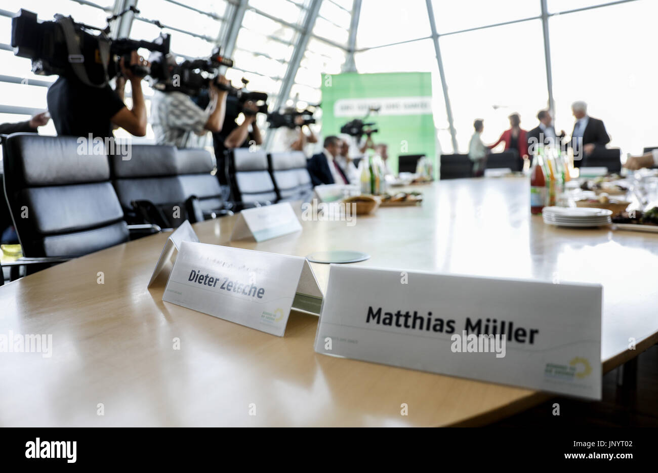 dpatop - The name plates of the CEO's of the major German car companies,  Matthias Mueller (R, and  Dieter Zetsche - Stock Image