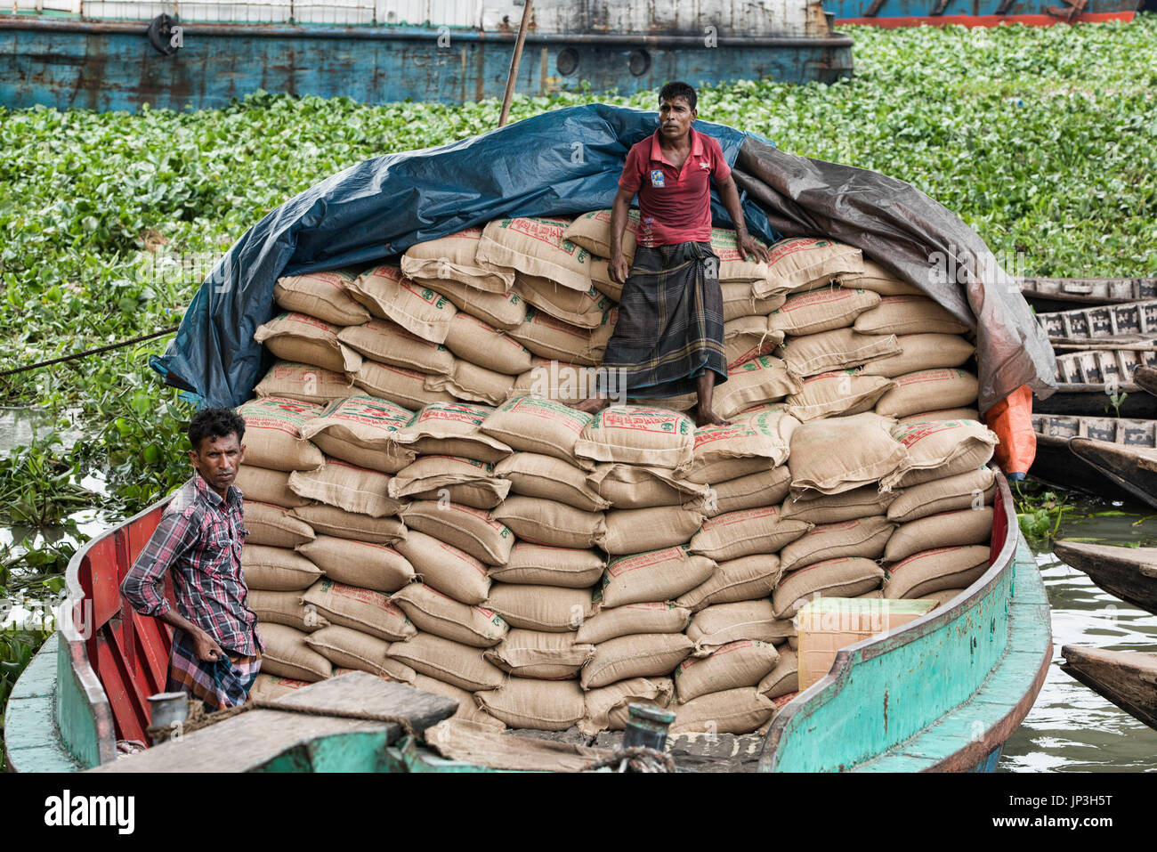 Manual labor at Saderghat on the Buriganga River, Dhaka, Bangladesh - Stock Image