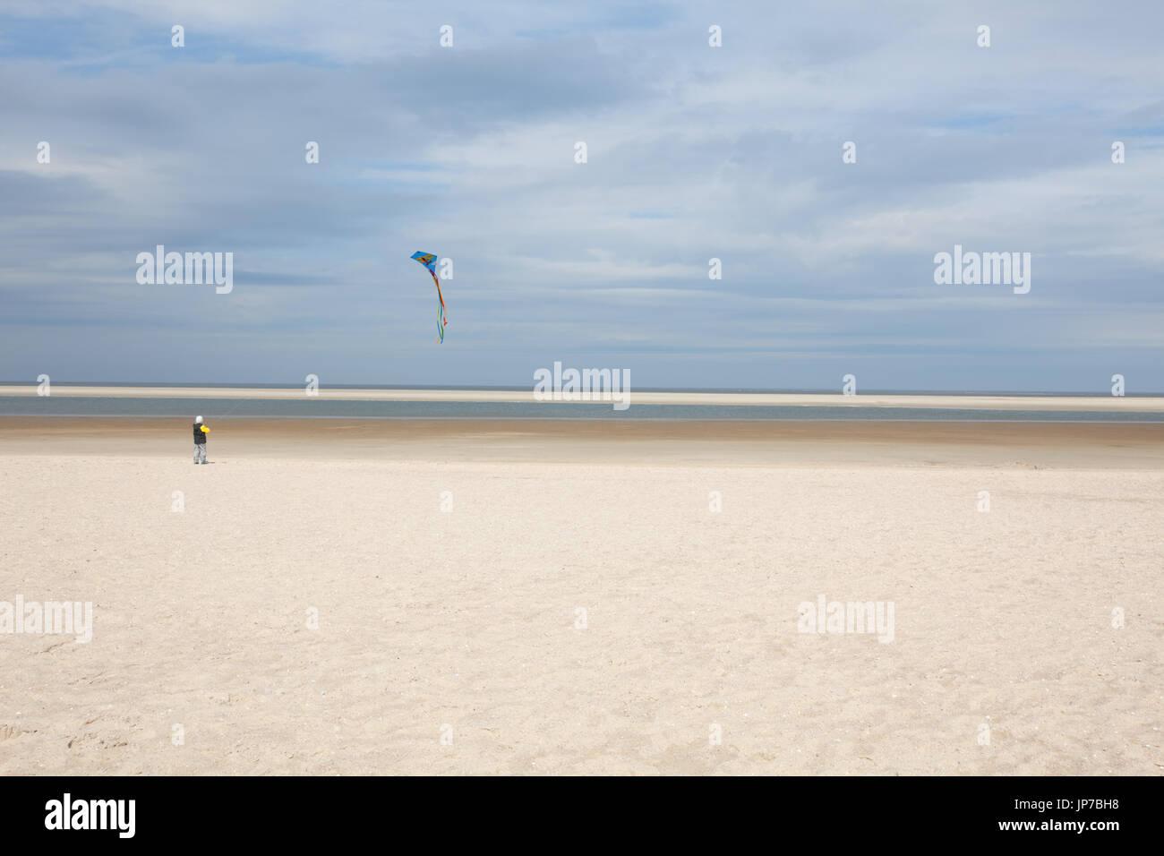 Europe, Germany, Friesland, Langeoog - Ein Kind kässt einen Drachen steigen - Langeoog a child let a kite fly - Stock Image