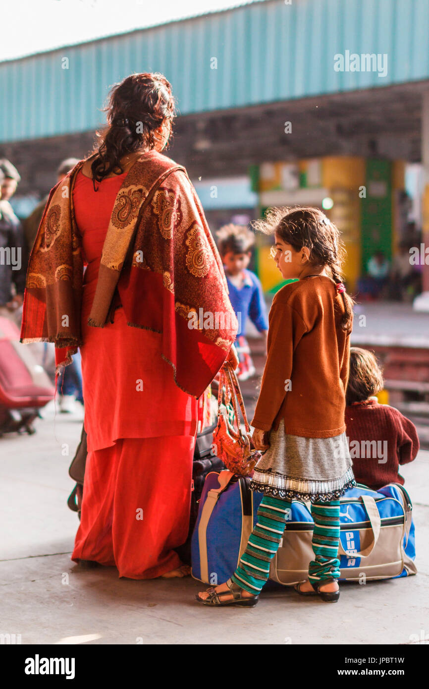 India, Delhi, travellers at the railway station - Stock Image