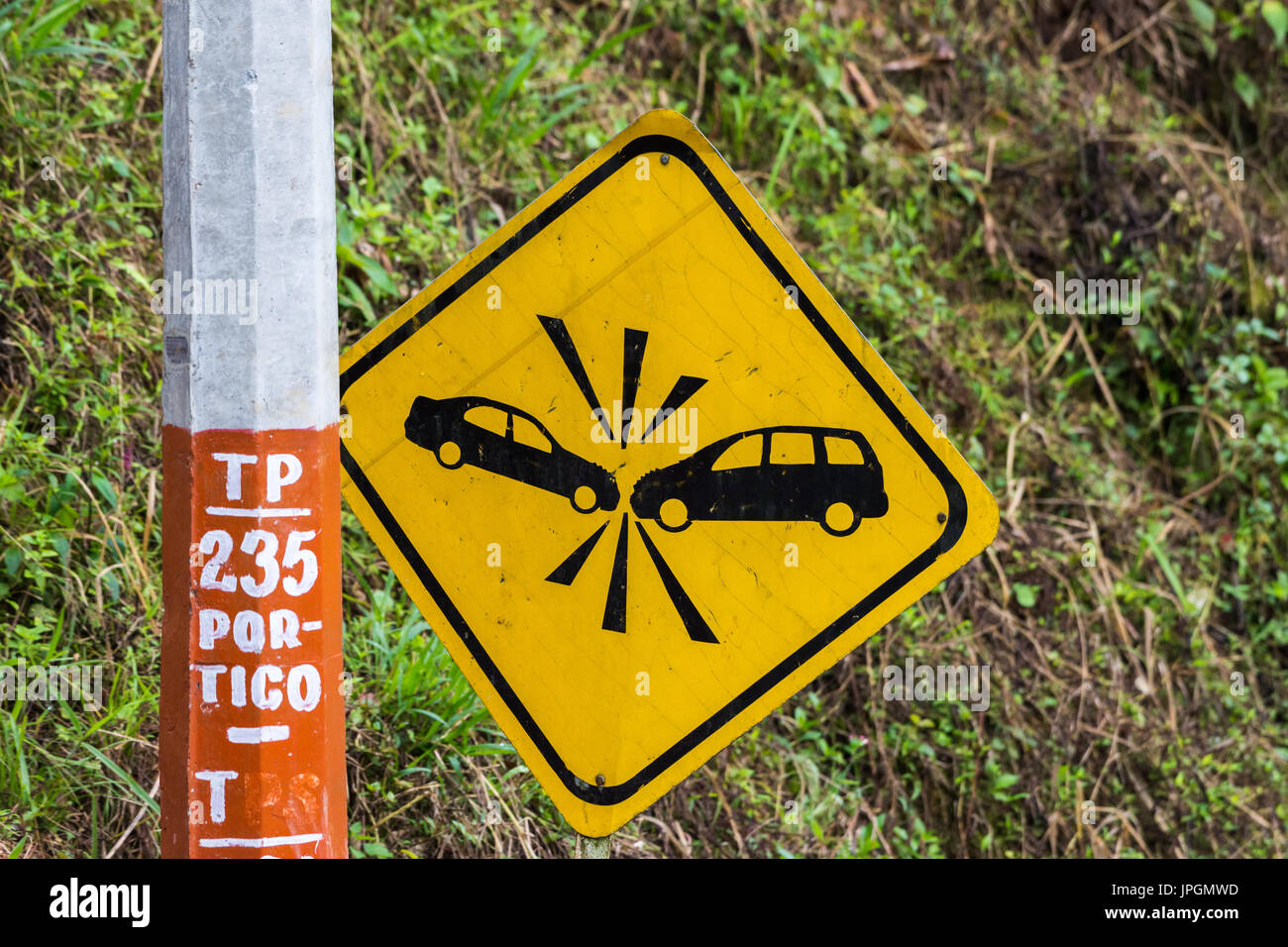 Road-sign warning driver of car collision. Colombia, South America. - Stock Image