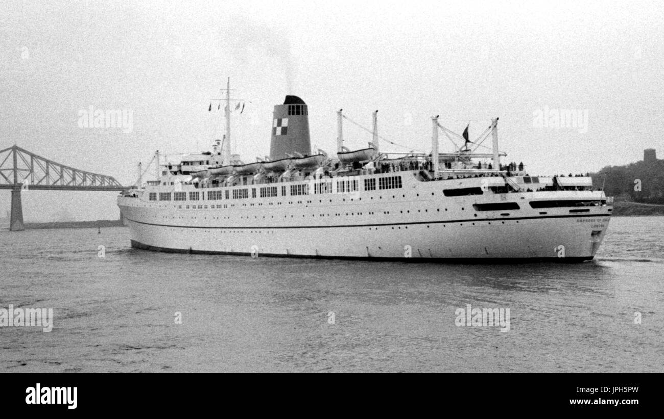 AJAXNETPHOTO. OCTOBER, 1964. MONTREAL, CANADA. - EMPRESS DEPARTS - CANADIAN PACIFIC PASSENGER LINER EMPRESS OF ENGLAND OUTWARD BOUND. PHOTO:JONATHAN EASTLAND/AJAX REF:24360_8A - Stock Image