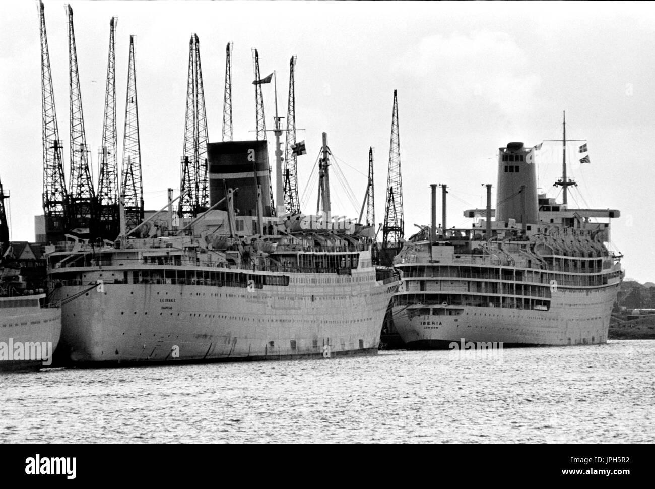 AJAXNETPHOTO. 1973. SOUTHAMPTON, ENGLAND. - END OF AN ERA - PASSENGER LINERS S.A. ORANJE (L) AND IBERIA (R) MOORED AT WESTERN DOCKS. PHOTO:JONATHAN EASTLAND/AJAX REF:1973_7 - Stock Image