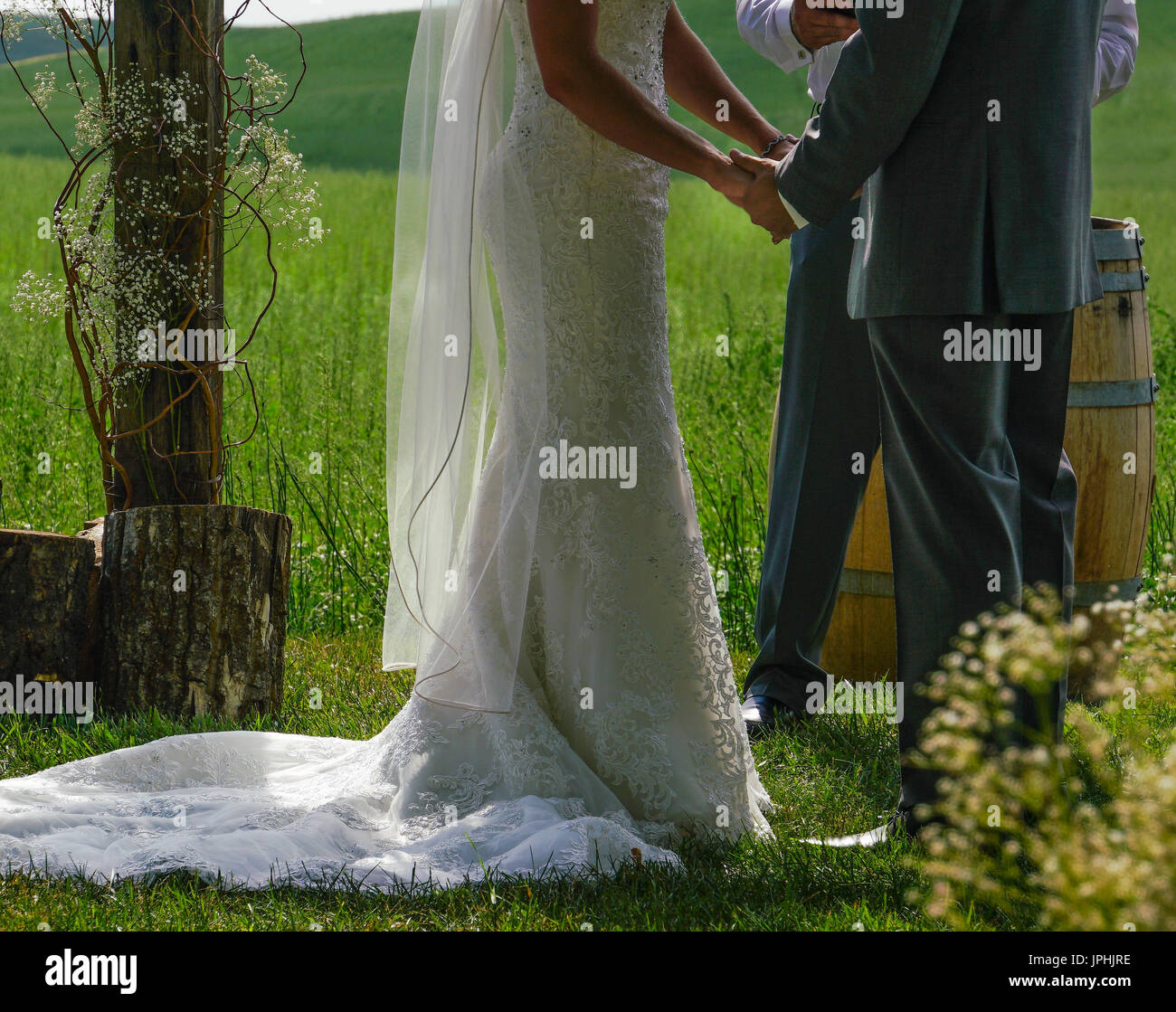 Exchanging vows at an outdoor wedding - Stock Image