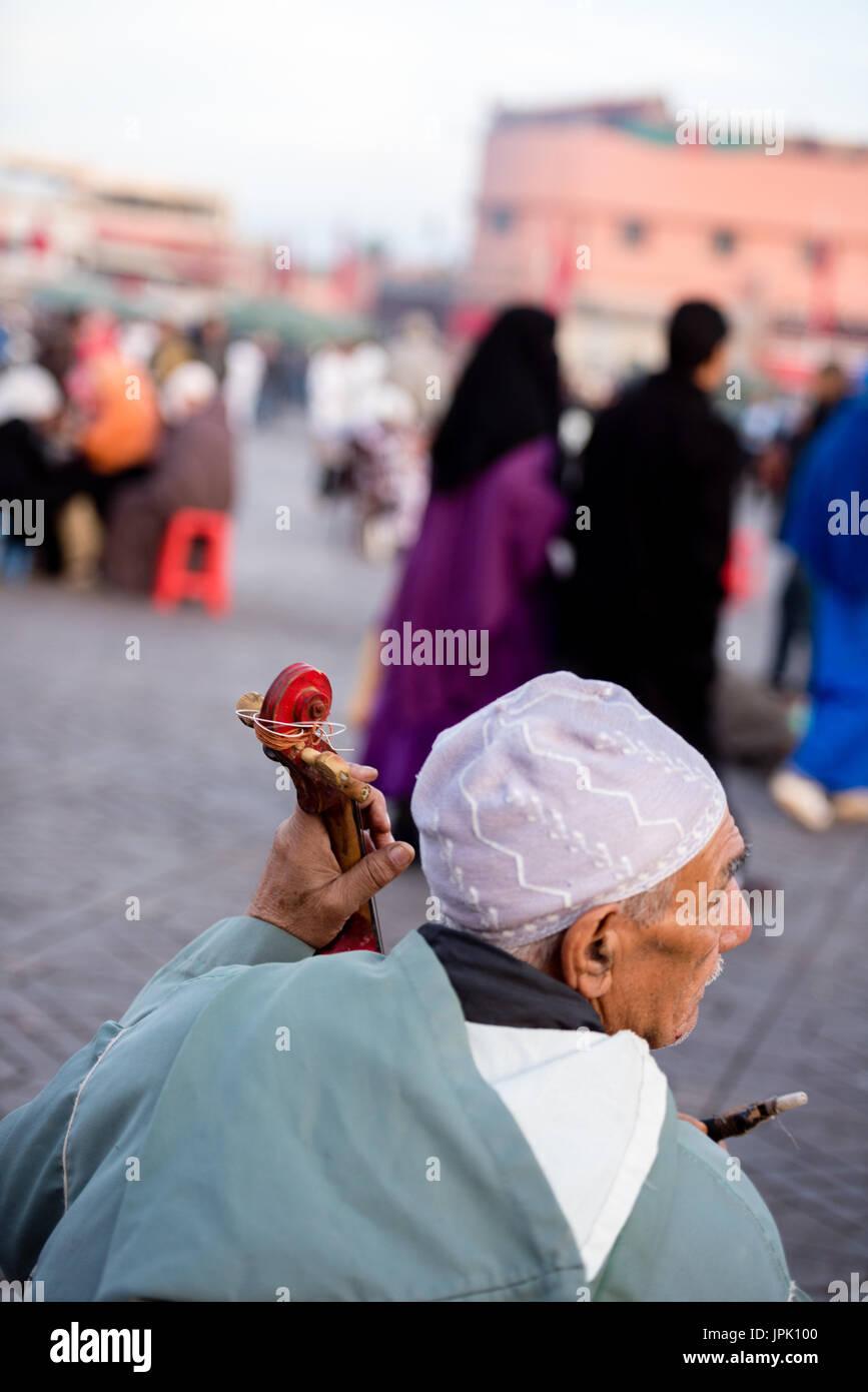Old man plying violin - Stock Image