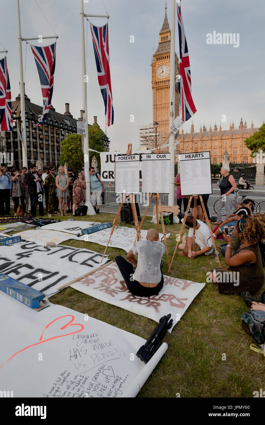 Vigil in Parliament Square for the Victims of the Grenfell Tower fire - Stock Image