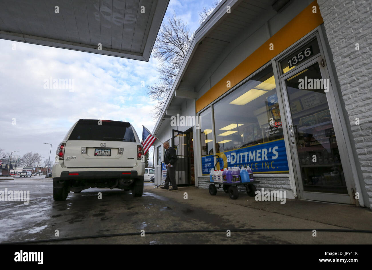 Davenport, Iowa, USA. 19th Jan, 2017. Jim Clauson of Davenport walks out to his car after the oil is changed at Dittmer's Service in Davenport on Thursday, January 19, 2017. In January of 2016, the family owned full-service gas station parted ways with Shell Oil Company. The four-pump station lost its big oil affiliation this when the Dittmer brothers refused to conform to the multinational oil and gasoline company's expectations. Credit: Andy Abeyta/Quad-City Times/ZUMA Wire/Alamy Live News - Stock Image