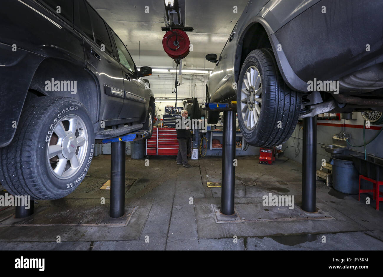 Davenport, Iowa, USA. 19th Jan, 2017. Mechanic Mike Brauer lifts a Buick Enclave on the rack to get it ready for an oil change at Dittmer's Service in Davenport on Thursday, January 19, 2017. In January of 2016, the family owned full-service gas station parted ways with Shell Oil Company. The four-pump station lost its big oil affiliation this when the Dittmer brothers refused to conform to the multinational oil and gasoline company's expectations. Credit: Andy Abeyta/Quad-City Times/ZUMA Wire/Alamy Live News - Stock Image