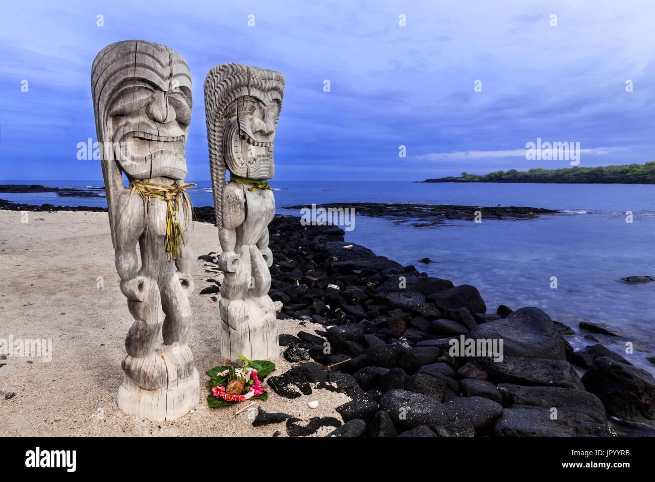HI00233-00...HAWAI'I - Hale o Keawe (Ki'i) wooden images standing watch on the shore of  Honaunau Bay in Pu'uhonua Stock Photo