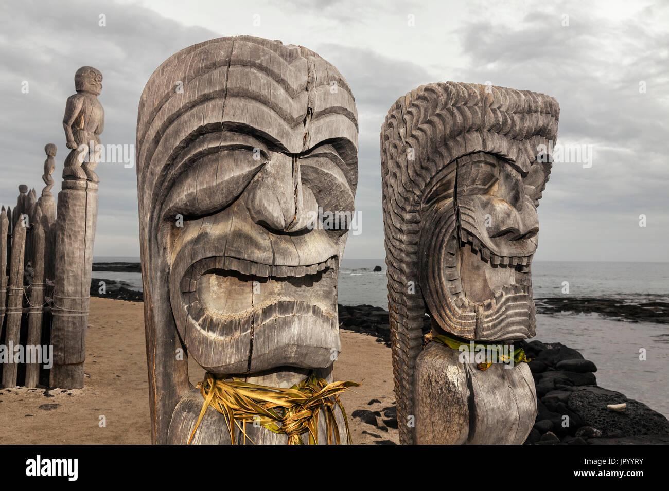HI00234-00...HAWAI'I - Hale o Keawe (Ki'i) wooden images standing watch on the shore of  Honaunau Bay in Pu'uhonua Stock Photo