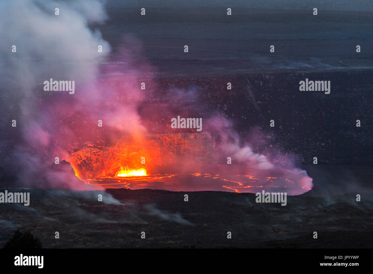 HI00247-00...HAWAI'I - Lava glowing in the Halema'uma'u Crater viewed from the Jaggar Museum in Volcanoes National Park on the island of Hawai'i. - Stock Image