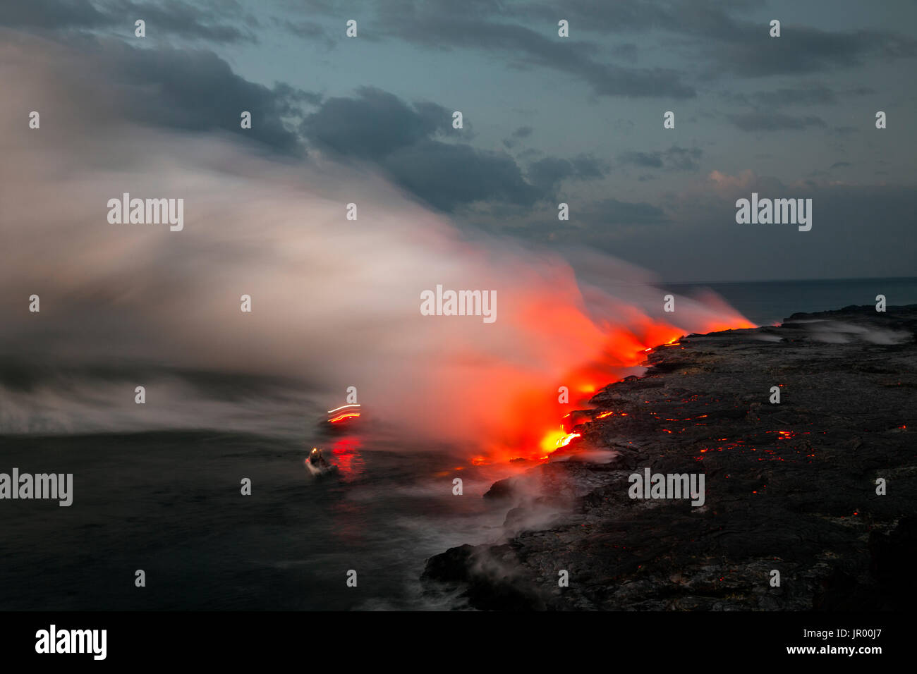 HI00335-00...HAWAI'I - Lava flowing into the Pacific Ocean from the East Riff Zoneof the Kilauea Volcano on the Island of Hawai'i. - Stock Image