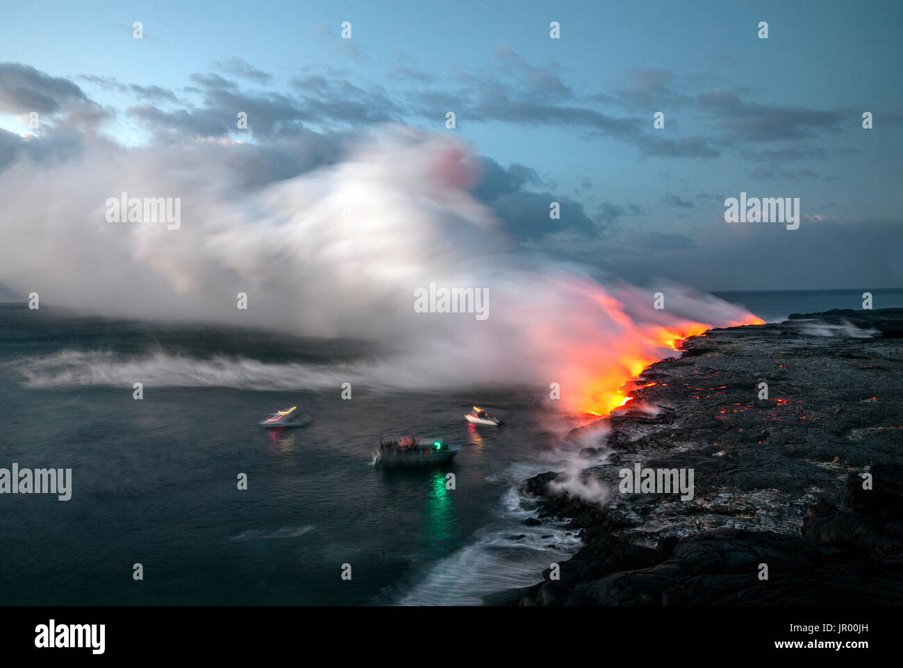 HI00336-00...HAWAI'I -Boats approaching lava flowing into the Pacific Ocean from the East Riff Zoneof the Kilauea Volcano on the Island of Hawai'i. - Stock Image